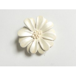Hvid blomsterbroche